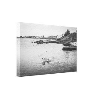 Seemöwen, die über den Ozean fliegen Leinwanddruck