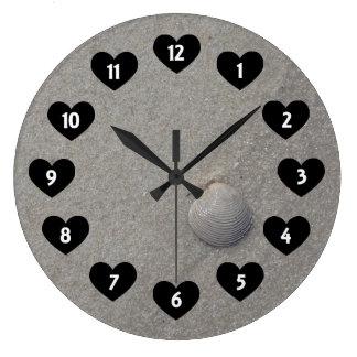 SeeMuschel auf dem Strand mit Herz-Wand-Uhr Große Wanduhr