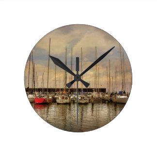 Segel-Boote am Jachthafen warteten das Wochenende Runde Wanduhr