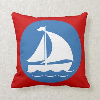 Segelboot in einem blauen Kreis Kissen