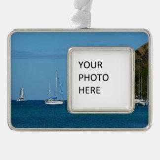 Segelboote im Bucht-weißen und blauen See Rahmen-Ornament Silber