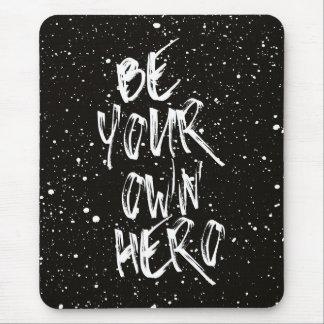 Seien Sie Ihr eigenes Held-(schwarzes) Zitat Mousepad