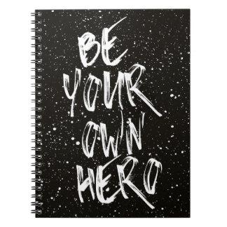 Seien Sie Ihr eigenes Held-(schwarzes) Zitat Notizblock