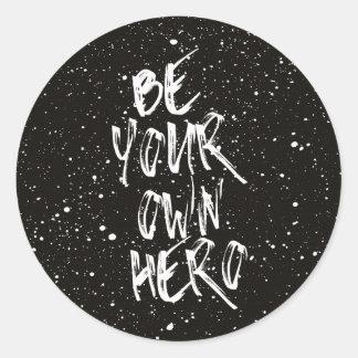 Seien Sie Ihr eigenes Held-(schwarzes) Zitat Runder Aufkleber