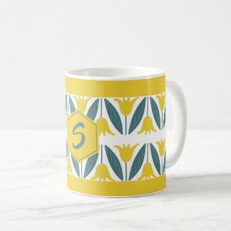 Senf-gelbe Tulpe-Blumenmuster-Monogramm Kaffeetasse
