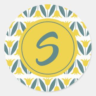 Senf-gelbe Tulpe-Blumenmuster-Monogramm Runder Aufkleber