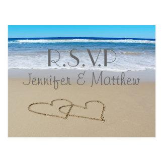Setzen Sie die Liebe-Herzen auf den Strand, die Postkarte