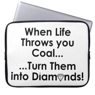 Sharnias Kohlen-Diamant-Zitat-Laptop-Hülse (weiß) Laptop Sleeve