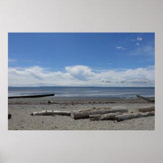 Sichelförmiger Strand am weißen Felsen Poster