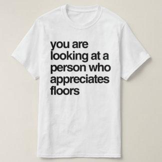 Sie betrachten eine Person, die Böden schätzt T-Shirt