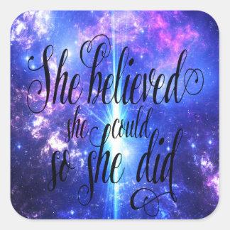 Sie glaubte an schillernde Himmel Quadratischer Aufkleber