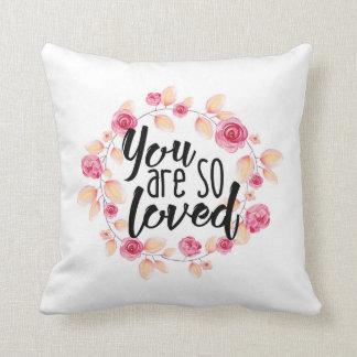 Sie sind also geliebt; Rosa Blumen Kissen