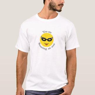 Sie starren entlang ich an T-Shirt