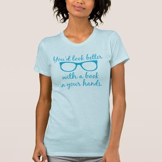 Sie würden mit einem Buch in Ihrem Handt-shirt T-Shirt