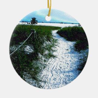 Siesta befestigt Strand in der weichen Keramik Ornament