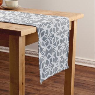 Silbriger grauer Umfangs-Muster-Tabellen-Läufer Kurzer Tischläufer