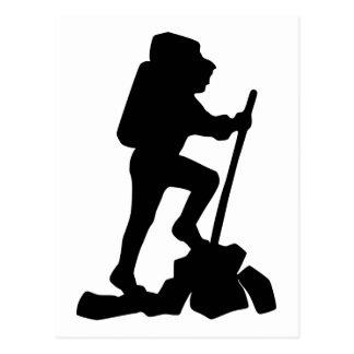 Silhouette eines Wanderers, der oben einen Berg Postkarte