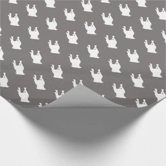 Silhouettes blanches de carlin sur l'arrière - papier cadeau noël