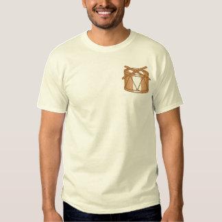 Singletrommel und -trommelstöcke besticktes T-Shirt