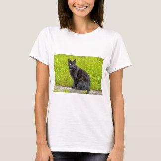 Sitzen der schwarzen Katze im Freien T-Shirt