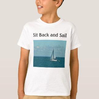 Sitzen Sie zurück und segeln Sie T-Shirt