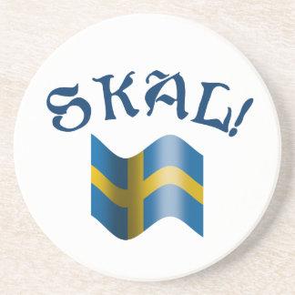 Skal schwedischer trinkender Toast mit Flagge von Untersatz
