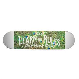 skateboard mit Foto der Pfaufedern u. -Sprichworts Skateboarddeck