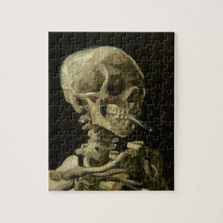 Skeleton Schädel mit brennender Zigarette