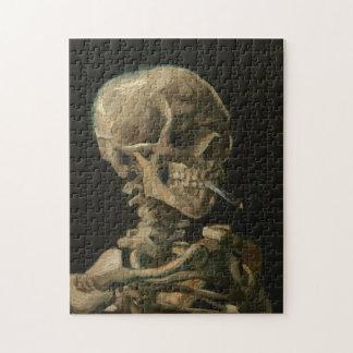Skeleton Schädel mit brennender Zigarette durch