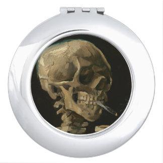 Skeleton Schädel mit brennender Zigarette durch Schminkspiegel