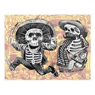 Skelette mit Machete und Schnäpsen Postkarte