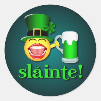 Sláinte lustiger Tag St. Patricks trinkendes Bier Runder Aufkleber