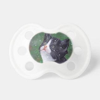 Smokings-Katze, die oben den Schneeflocken, malend Schnuller