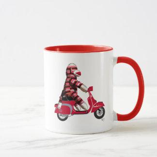 Socken-Affe auf rotem Moped Tasse