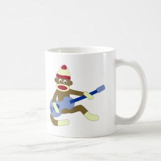 Socken-Affe, der blaue Gitarre spielt Kaffeetasse