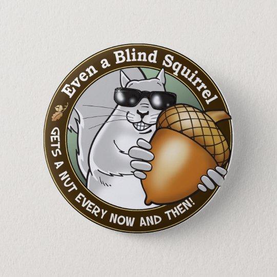 Sogar erhält ein blindes Eichhörnchen eine Nuss Runder Button 5,7 Cm