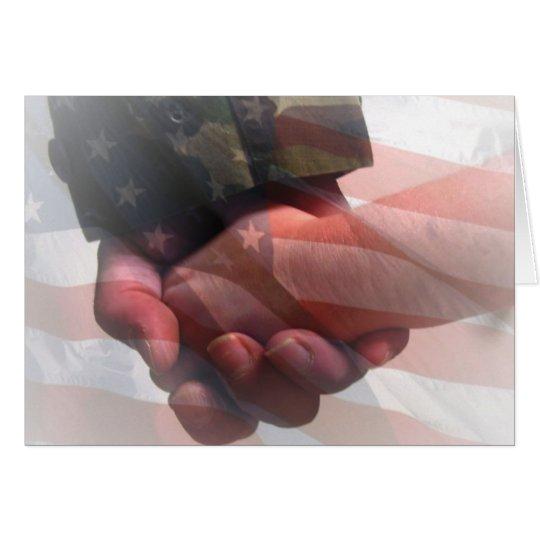 Soldat, der die Hand des Kindes hält Karte