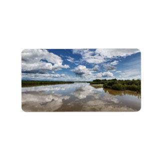 Sommerlandschaft: bewölkt Reflexion im Fluss Adressaufkleber