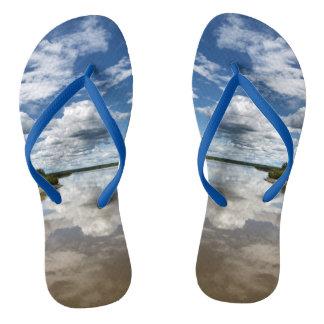 Sommerlandschaft: bewölkt Reflexion im Wasser Badesandalen