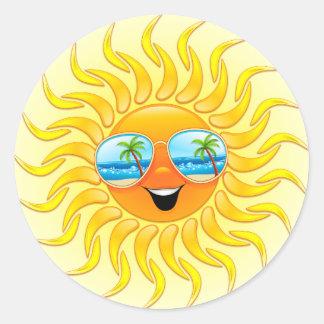 Sommersun-Cartoon mit Sonnenbrilleaufklebern Runder Aufkleber