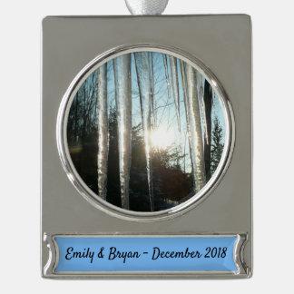 Sonnenaufgang durch Banner-Ornament silber