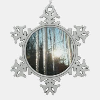 Sonnenaufgang durch schneeflocken Zinn-Ornament