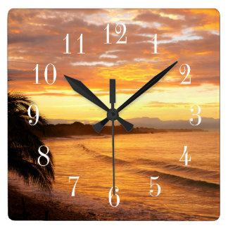 Sonnenaufgang im Tropen-tropischen Strand Quadratische Wanduhr