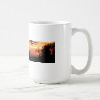 Sonnenaufgang und Scheinwerfer auf dem Horizont Kaffeetasse
