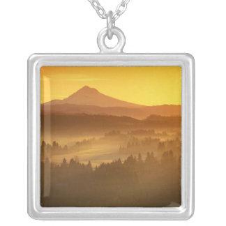 Sonnenaufgangorange färbt den Nebel im Tal herein Versilberte Kette