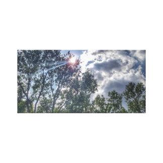 Sonnenschein an einem bewölkten Tag Leinwanddruck