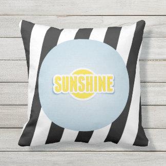 Sonnenschein mit grauem und weißem Kissen