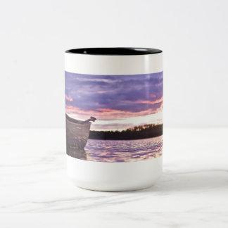 Sonnenuntergang-Kanu-Tasse Zweifarbige Tasse