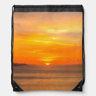 Sonnenuntergang-Küste mit orange Sun und Vögeln Turnbeutel