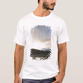 Sonnenuntergang über einem nebelhaften Teich T-Shirt
